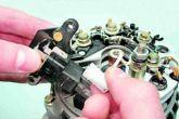 Отсоединить от вывода реле-регулятора колодку провода