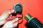 Снимаем опору и распорное кольцо с правой стороны картера рулевого механизма.