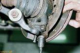вывернуть два болта крепления шаровой опоры к поворотному кулаку
