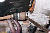 выталкиваем корпус внутреннего шарнира из коробки передач