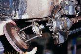 Выпрессовываем ступицу резкими ударами тормозным диском по головкам болтов