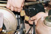 Отключить разъем моторедуктора очистителя 2110