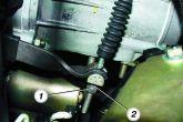 вывести наконечник троса из вилки выключения сцепления
