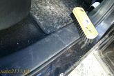 чистка пластиковых порогов автомобиля щеткой