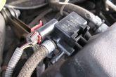 Устанавливаем клапан продувки на декоративной крышке двигателя