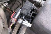 Подсоединяем к клапану продувки адсорбера длинный шланг от адсорбера