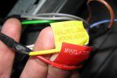 скрученные вместе провода магнитолы