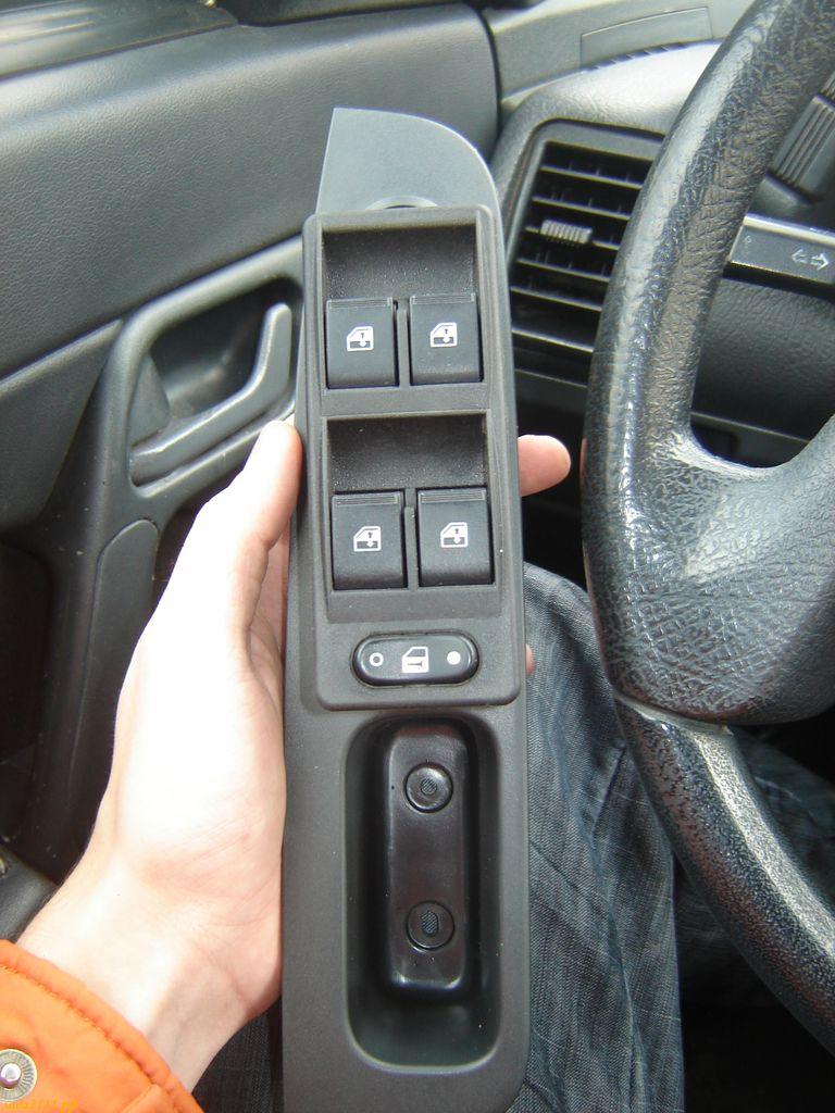 Отлично подходят кнопки управления от Волги 31105.  Нам нужно врезать блок управления ЭСП в пластик Приоры.