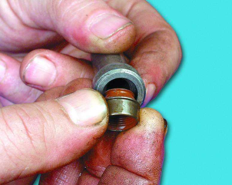 Приора замена маслосъемных колпачков своими руками