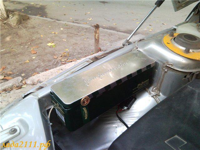 металлический ящик под капотом