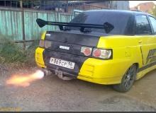 Пламя из выхлопной трубы автомобиля