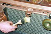 чистка радиатора щеткой