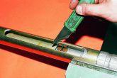 Разрезаем резиновые кольца по контуру втулки и удаляем отрезанные части