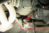 Ослабляем гайку хомута тяги кулисы (привод управления коробки передач) и отсоединяем