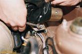 Отвернуть болт крепления кронштейна моторедуктора 2110