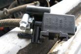 Подсоединить шланг подачи паров бензина к клапану продувки