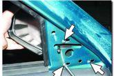 подкручиваем болты крепления зеркала ваз 2110