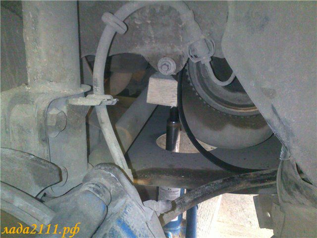 Поднимаем мотор домкратом, подложив деревяшку